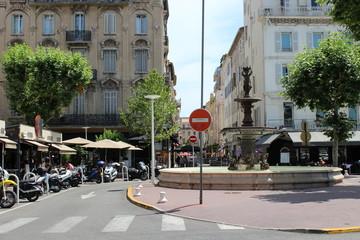 Фонтан на красивой улице во Франции