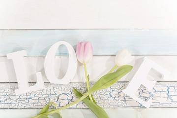 Buchstaben LOVE mit Tulpen von oben
