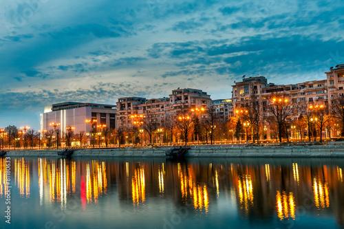 Fotobehang Oost Europa Bucharest city center Splaiul Unirii at dusk Dambovita river