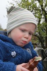 Kind nascht Osterhase aus Schokolade