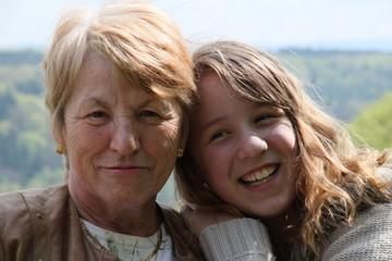 Portrait Mädchen mit Oma bei Wanderung
