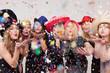 Leinwanddruck Bild - Frauen machen Foto vor Photobooth