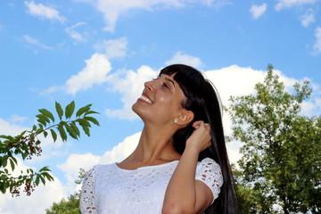 девушка на фоне голубого неба