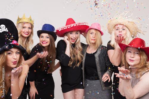 Leinwanddruck Bild Frauen machen Foto vor Photobooth