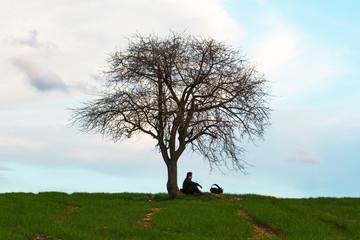 tek ağaç altında dinlenmek