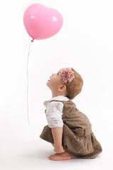 Mädchen staunt über einen schwebenden Luftballon