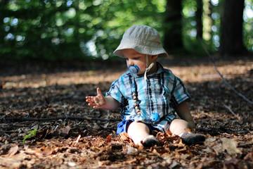 Kleinkind im Wald rechts