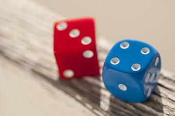 Dos dados azul y rojo