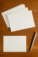 Biglietto vuoto, buste e penna per posta