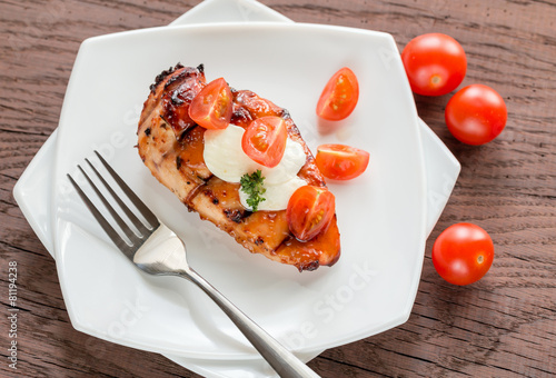 Grilled chicken steak with mozzarella and cherry tomatoes - 81194238