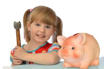 девочка с молотком хочет разбить свинью копилку