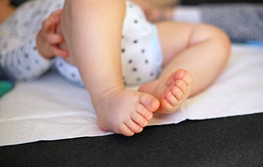 Baby auf Wickelunterlage