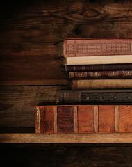 Detailaufnahme von alten Büchern.