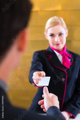 Mann auf Geschäftsreise bei Abreise im Hotel - 81199811