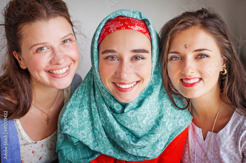 Leinwanddruck Bild friendship of the religions concept: muslim and christian girl t
