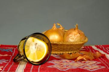 Лук и лимон на столе
