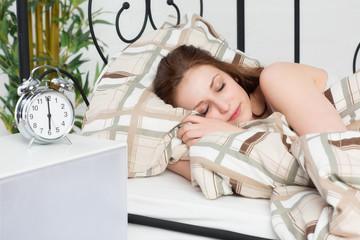 Brünette Frau schläft noch tief und fest