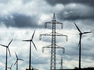 Windrad und Strommasten
