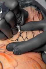 Tattoo Künstler bei der Arbeit
