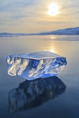 Льдинка на гладкой льду