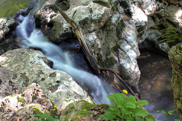 Речка Агура живописно течёт по камням