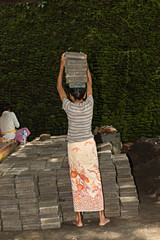 Mujer trabajando en la construcción.