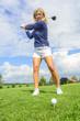 Golferin beim Abschlag