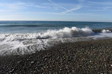 Волна накатывается на берег