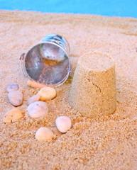château de sable,galets sur la plage