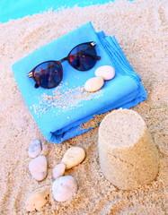 lunettes de soleil sur sable et galets,plage