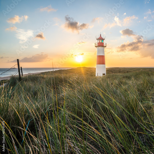 Fotobehang Kust Leuchtturm in List auf Sylt am Ellenbogen