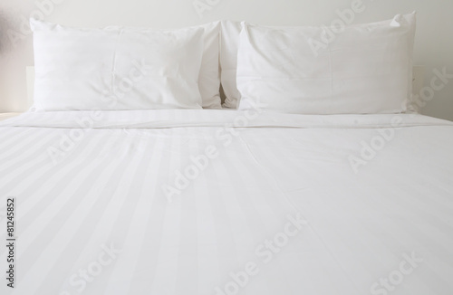 Leinwanddruck Bild White bed sheets and pillows