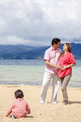 Pareja embarazada en la playa