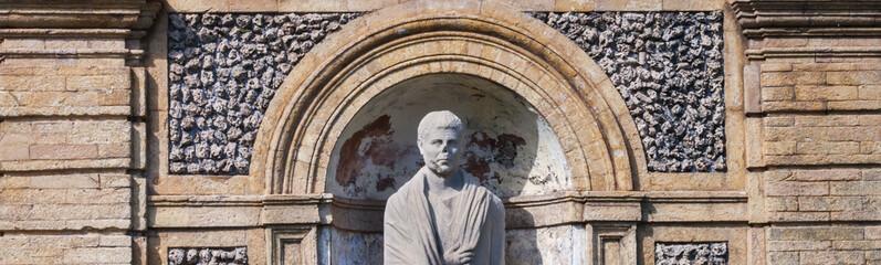 particolare di statua rovinata