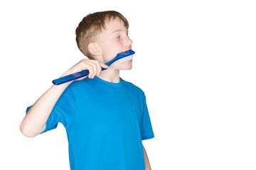 Kleiner Junge Zähneputzen mit Kunststoff-Zahnbürste