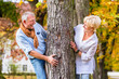 Senioren Mann und Frau flirten an Baum