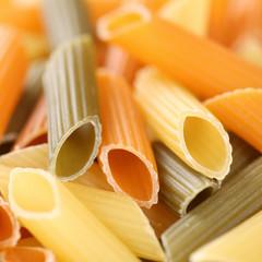Bunte roh Penne Rigate Nudeln Pasta mit Textfreiraum