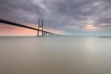 Ponte Vasco da Gama num sereno amanhecer
