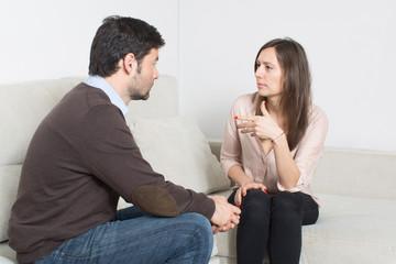 Paar redet auf der Couch