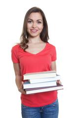 Studentin mit langen dunklen Haaren und Büchern