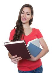Studentin mit langen dunklen Haaren schaut Buch an