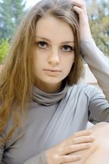 Hübscher Teenager mit langen Haaren