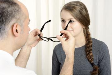 Augenoptiker setzt Brille auf