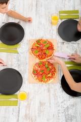 Pizza essen in Familie