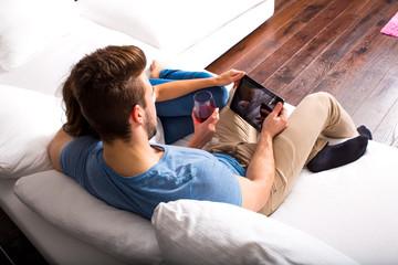Zusammen auf dem Sofa mit dem Tablett Pc