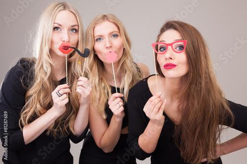 Frauen machen Foto vor Photobooth - 81287689