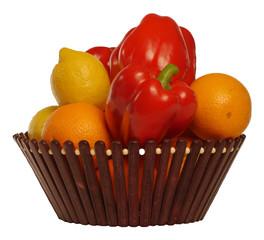 цитрусовые фрукты и болгарский перец в корзине на белом фоне