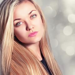 Модный портрет красивой молодой светловолосой женщины