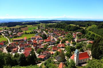 Dorf mit Kirchturm