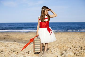 Niña con vestido de fiesta mirando el horizonte